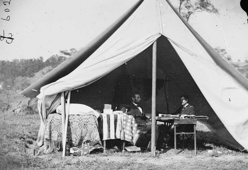 Истоки. Классическая армейская палатка — массивное сооружение, которое сопровождало все военные конфликты, учения и вылазки последних двух веков. Огромный кусок брезента и каркас из деревянных брусьев транспортировали целыми взводами, а на установку тратили несколько часов. В армейских палатках жили солдаты, устраивали передвижные госпитали и штабы. В уменьшенном виде армейская палатка перешла на вооружение к туристам, по-прежнему оставаясь громоздким и массивным сооружением.