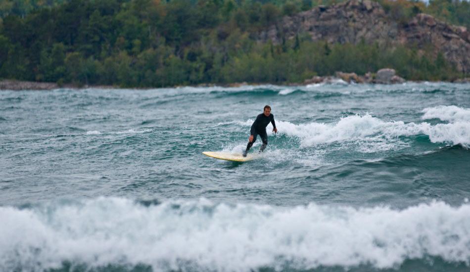 Верхнее озеро, США Озера порой могут быть столь же величественными, как и океаны. Возьмите, к примеру, Великие озера в США и Канаде, чьи гигантскиеволны — настоящий рай для серферов сразу из нескольких штатов. Чем севернее озеро, тем большей высоты достигают волны. На Верхнем озере мощные ветры могут поднимать и вовсе 10-метровые волны, впрочем средняя высота волн на самом северном из Великих озер — примерно 1-2 метра.