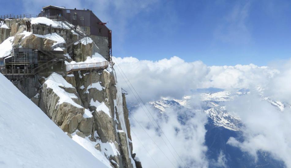 Обсерватория на вершине Монблана, Франция Ступени этой лестницы удобные, прочные, имеют ограждения и не переполнены людьми. Единственное, что может заставить ваше сердце замереть во время подъема по этой лестнице — это ее расположение на самой высокой горной вершине в Альпах. Сильные ветры и низкие температуры иду в комплекте.