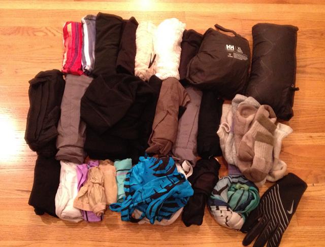 Одежда Потратьте деньги на одежду хорошего качества, сделанную из материалов высшего сорта. И сократите ее количество до минимума. Рекомендуемый набор: пара лонгсливов, три пары носков и белья, брюки (или джинсы), шорты, кепка, удобные кроссовки и открытые сандалии.Если путешествие предполагает холодные места, добавьте в набор рубашку с длинным рукавом (идеальный материал — шерсть мериносов), дождевик, пуховик, кальсоны, шарф и шапку-маску. Всего вышеперечисленного будет достаточно практически для любого путешествия.