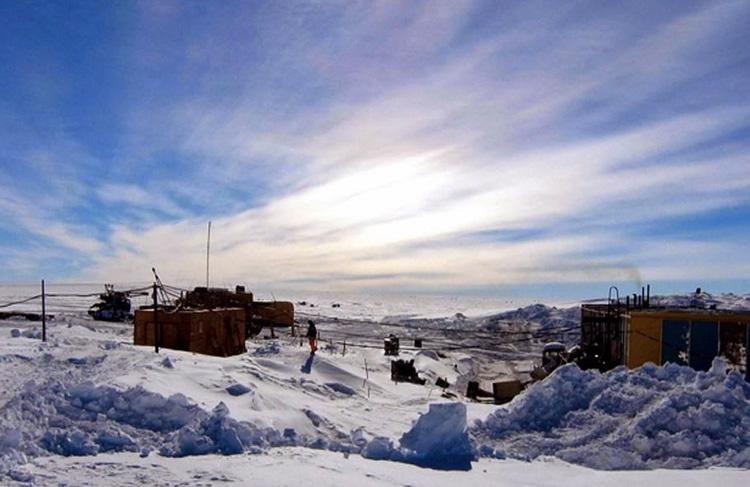 Восток, Антарктида В районе единственной используемой Россией внутриконтинентальной антарктической научной станции одни из тяжелейших условий на Земле. 120 дней в году здесь длится полярная ночь, среднегодовая скорость ветра достигает 5 м/сек и всего два месяца в году среднемесячная температура воздуха превышает -40 °C. В этом месте был зарегистрирован абсолютный температурный рекорд среди самых низких температур на планете из всех метеорологических станций в 20 веке: термометр зафиксировал −89,2 °C.