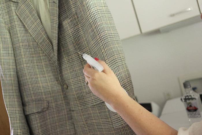 Освежитель одежды Самый простой способ освежить грязную одежду — выстирать ее. Когда такой возможности нет, продлить жизнь вещам можно с помощью водки. Распылите немного водки на одежду и дайте ей высохнуть.