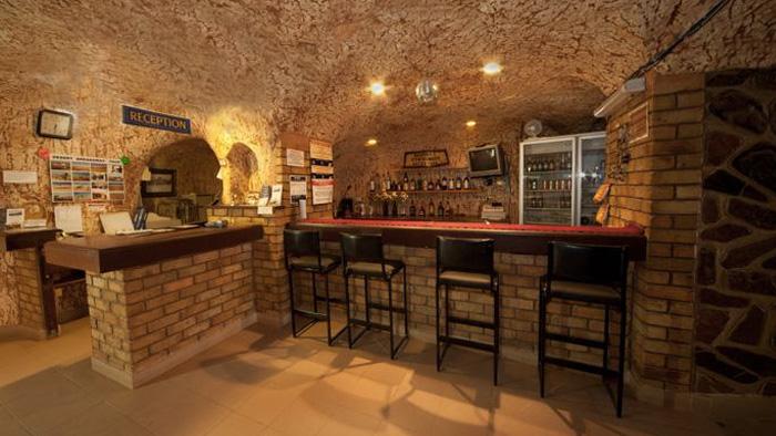 Помимо домов под землей оборудованы рестораны, бары, книжные магазины и несколько церквей. В 80-х годах в городе был построен подземный отель.
