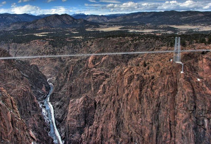 Мост Royal Gorge, США Высота платформы: 321 метр До 2003-го года этот мост считался самым высоким подвесным мостом в мире, и многие на него не решались даже ступить, не говоря уже о том, чтобы прыгнуть вниз. Под мостом течет река Колорадо, любоваться на нее смельчакам предстоит целых 6 секунд.