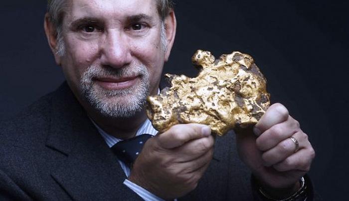 Золотой самородок Сканируя свой двор металлоискателем, калифорниец нашел 3,7-килограмовый кусок золота. Самородок был продан на аукционе за 460 000 долларов. Чтобы во двор счастливого обладателя находки не ринулись охотники за золотом, он пожелал остаться неизвестным. По предположениям геологов, под двором могут скрываться золотые прииски, и если хорошо поискать, скорее всего, можно найти еще.