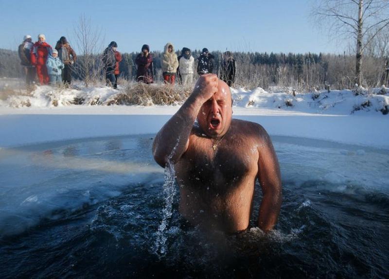 Заходите не торопясь, в среднем темпе, чтобы не замерзнуть. В ледяной воде не рекомендуется находится больше 30 секунд, чтобы избежать общего переохлаждения организма, поэтому лучше повременить с заплывами. Просто окунитесь три раза и быстро выходите. Если все делать достаточно быстро, но без лишней суеты, организм не успеет остыть.