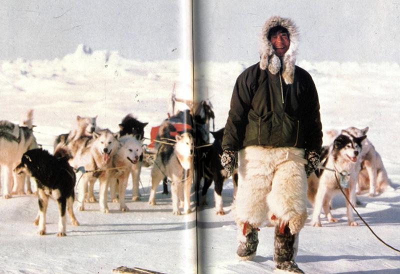 Наоми Уэмура К 29 годам японский путешественник покорил пять из семи высочайших точек разных континентов. В 1972 году на 9 месяцев он переселился в Гренландию, где жил вместе с эскимосами и изучал езду на собачьих упряжках. Применив полученный опыт во время путешествий по Канаде и Аляске, Наоми Уэмура начал готовиться к одиночной поездке на Северный полюс. Перемещался он на ездовых собаках, а все необходимое снаряжение и продукты ему периодически доставляли самолетом. Пункта назначения Наоми Уэмура достиг после 55 дней пути.