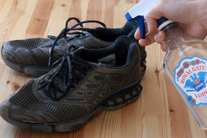 Устранение запаха в обуви Водкой легко можно устранить главный источник неприятного запаха — бактерии. Достаточно распылить водку на зловонные ботинки. Запах самого алкоголя исчезнет, как только намоченное водкой место высохнет.