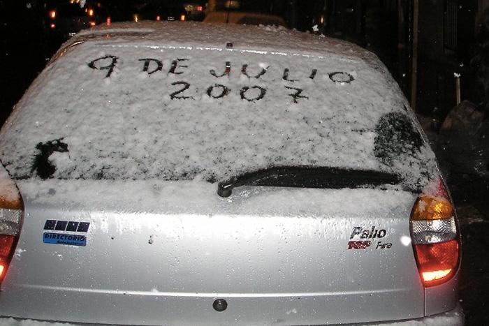 Буэнос-Айрес В столице Аргентины Буэнос-Айресе впервые за 90 лет в 2007 году выпал снег. Причиной аномалии стал холодный воздух, пришедший из Антарктики.