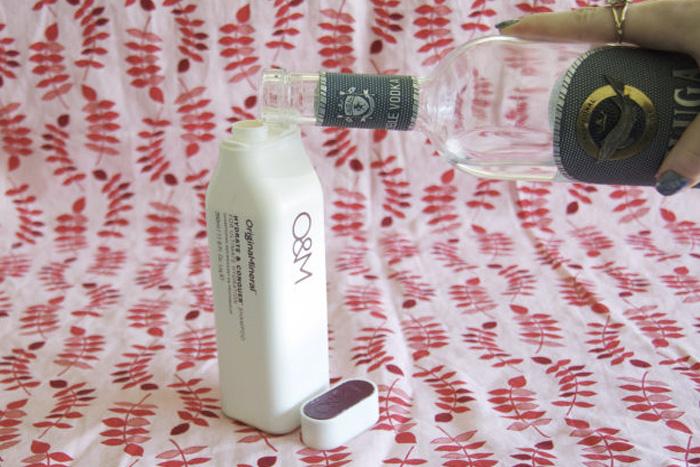 Волшебный шампунь Не можете смыть с волос гель или воск? Тогда добавьте в шампунь чайную ложку водки. Спиртосодержащий напиток не только избавит от средств для укладки волос, но также укрепит их и придаст волосам блеск.