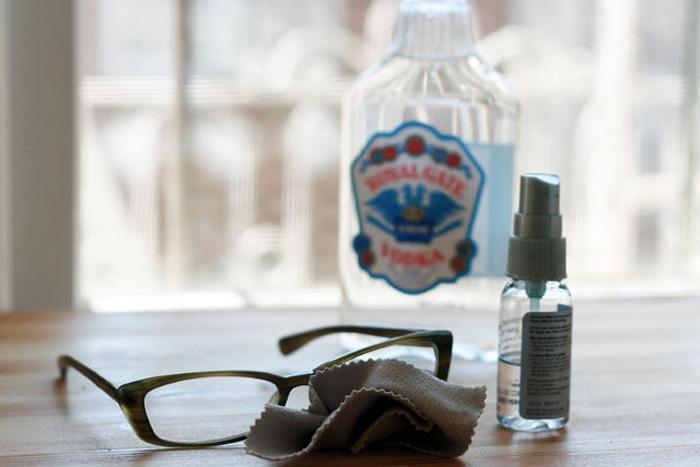 Очистка стекол и очков Стеклянные поверхности водка очищает не хуже, чем специальное средство для мытья стекол. Просто распылите водку на стекло, а затем вытрите насухо газетой или мягкой тряпкой. Для очистки очковых линз необходимо капнуть немного водки на тряпочку и протереть ей очки.