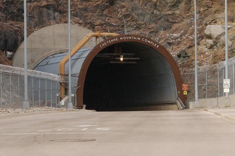 Комплекс NORAD, США Центр объединенного командования воздушно-космической обороны Северной Америки разместился внутри горы Шайен, расположенной в окрестностях города Колорадо-Спрингс. Комплекс, защищенный 600 метрами горной породы, оснащен шестью дизельными генераторами и собственной системой водоснабжения и фильтрации. Из-за того, что объект было накладно поддерживать в активном состоянии, в 2006 году его перевели в режим «горячей консервации». Полностью в рабочее состояние комплекс может быть приведен за несколько часов.