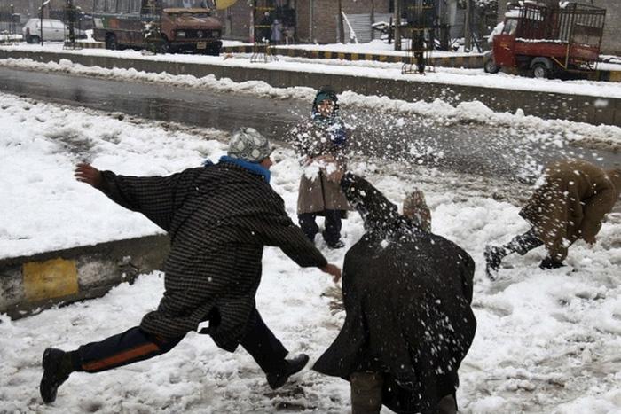Индия Настоящая зима пришла в декабре 2014 года в Индию. На севере страны в кранах замерзла вода. Температура воздуха резко упала и выпал снег.
