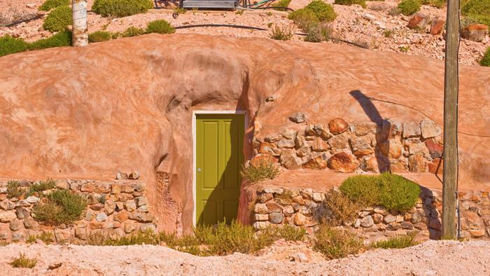 Жилища вырубали внутри горы. Подземные апартаменты мало чем отличаются от стандартных наземных домов и располагают гостиной, кухней, спальней и ванной. Температурный режим в подземном доме круглый год естественным образом поддерживается в районе 22 °C.