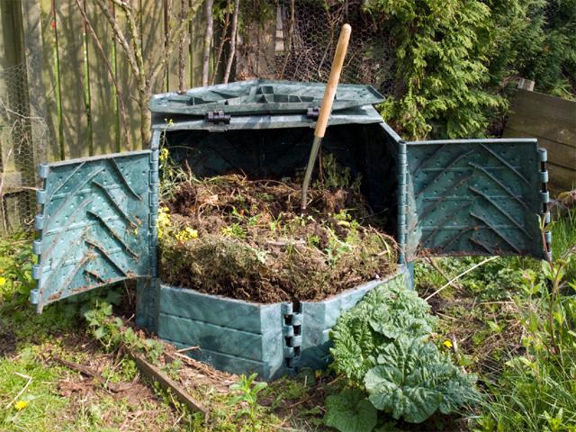Удобрение плантаций Решил развести небольшую плантацию? Не забудь об удобрениях. Собери все необходимые ингредиенты (сорняки, навоз, опавшие листья и тому подобную гадость) и щедро полей всю кучу Кока-Колой. Фосфор, содержащийся в ней, растениям жизненно необходим. Да и вся куча с колой перепреет быстрее, чем без нее.