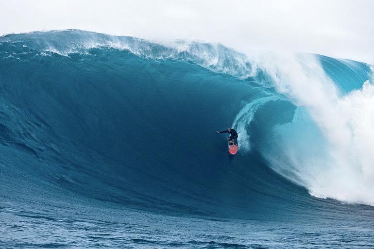 Гавайский остров Мауи является настоящей меккой для серфингистов, виндсерферов и кайтсерферов. Рифы и постоянный ветер обеспечивают любителей адреналина прибойными волнами, а с декабря по март при определенных направлениях движения волн в Тихом океане — уникальными волнами под названием «челюсти». Их скорость достигает 50 км/ч, а высота до 18 метров.