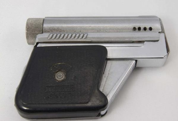 Выпущенная в 50-х годах зажигалка «Тбилиси» была сделана в виде пистолета. Милитаристское начало в то время ощущалось даже в детских игрушках, поэтому неудивительно, что зажигалка-пистолет была весьма популярным подарком для мужчины, независимо от его воинского звания.