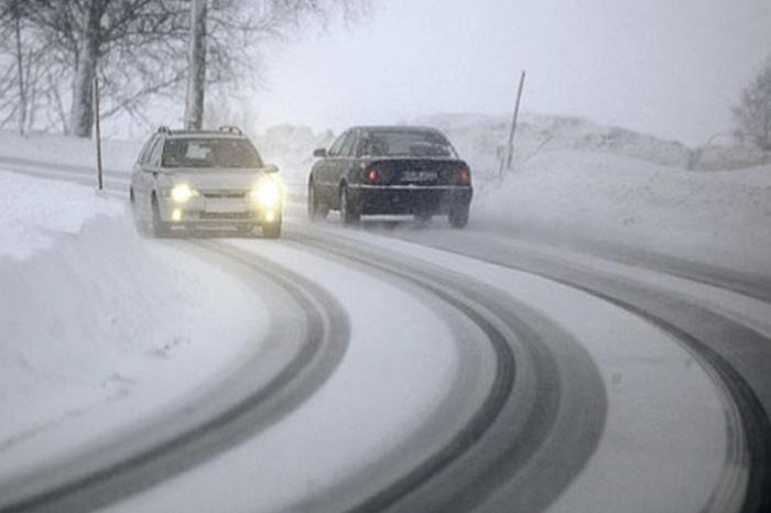 Действуйте плавно На дороге с плохим сцеплением все ваши действия должны быть крайне аккуратными. Ни в коем случае не стоит резко газовать, тормозить или поворачивать руль. По статистике, наибольшее количество инцидентов с потерей управления происходит при повернутом руле. В этом случае оси автомобиля становятся не параллельны. Старайтесь выдерживать максимально плавные дуги при поворотах и перестроении и равномерность хода при движении.