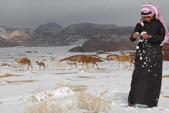 Саудовская Аравия Около 2-х недель назад метель обрушилась на северо-западную часть Саудовской Аравии. Температура воздуха опустилась до 0 °С, а посреди аравийской пустыни можно было играть в снежки.