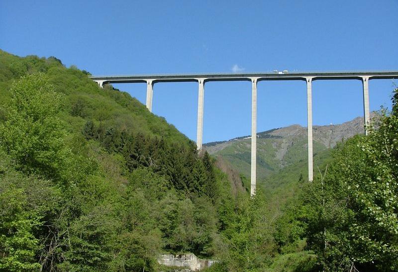 Мост Колосса, Италия Высота платформы: 152 метра Мост расположен в Альпах, между Миланом и Турином. Отсюда открывается захватывающий вид на величественные горы и пышные леса. У желающих взглянуть на ущелье вниз головой для этого будет около 4,5 секунд.