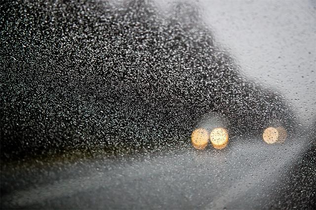Очистка лобового стекла Лобовое стекло автомобиля теряет способность адекватно транслировать окружающую действительность водителю в глаза. Проще сказать— на улицах так грязно и зимой, и летом, что даже «омывайка» уже не помогает! Остановись, купите банку-другую колы. Лей ее либо прямо на стекло, либо смочи в ней тряпку. Грязь сотрется на раз, не забудь только насухо протереть, чтобы птицы в поездке к окну не прилипали.