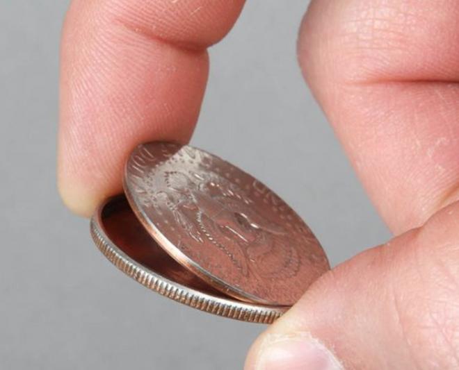 Spy Coin Нужно спрятать что-то маленькое и невероятно важное? Забудьте старые тайники в носках и трусах, все о них давно знают. Микро SD карта отлично поместится в Spy Coin. Всякие очень полезные вещества можно хранить здесь же.