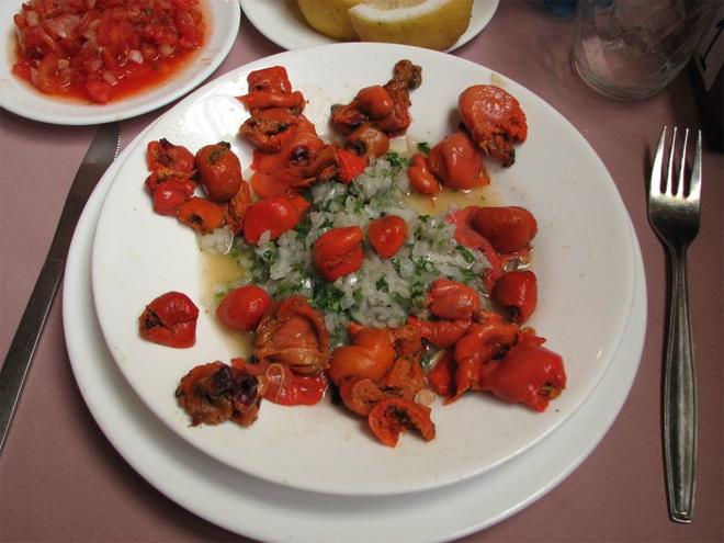 Грамотно приготовленная Pyura — ароматное и довольно вкусное блюдо. Настоящие гурманы едят его сырым. В чилийских ресторанах вам подадут его с рубленным луком, зеленью и лимоном — обычными для морепродуктов приправами.