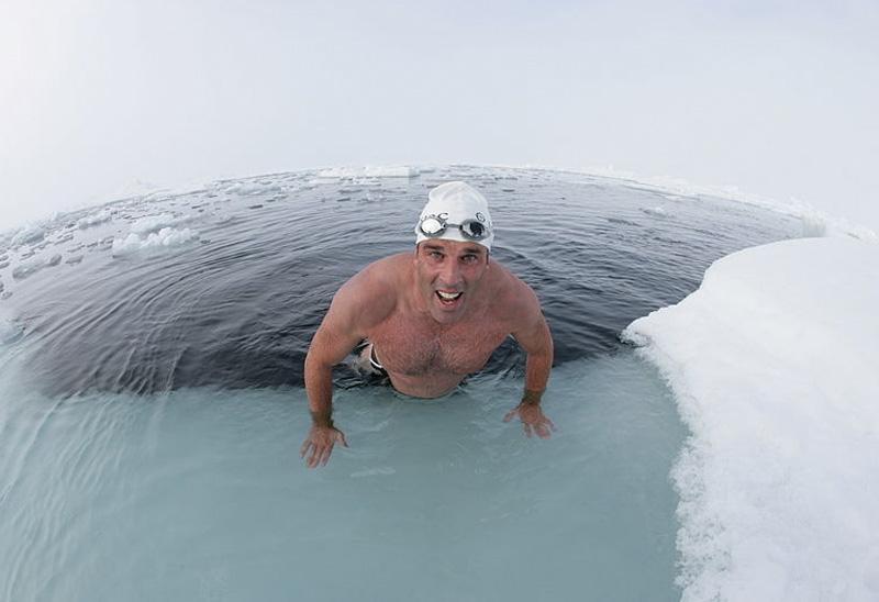 Льюис Гордон Пью Британский спортсмен Льюис Гордон Пью по прозвищу «Белый медведь» предпочитает купанию в теплой морской воде заплывы в ледниковых озерах и в Северном Ледовитом океане. В ледяные воды он погружается не в специальном гидрокостюме, а в обычных плавках и шапочке для плавания. Особенность свое организма сохранять в воде с минусовой температурой тепло мышц и координацию движений британец использует для того, чтобы привлечь внимание к быстрому таянию ледникового покрова Земли и проблемам изменения климата.