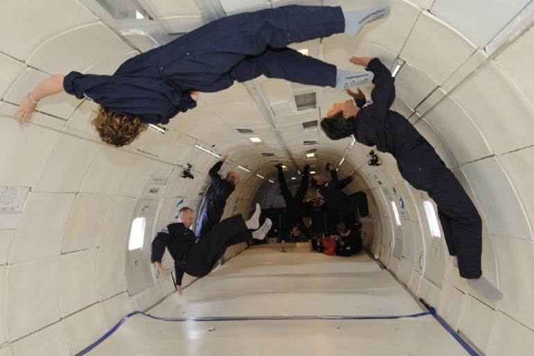 Космический центр имени Джона Фицджеральда Кеннеди, находящийся на полпути от Майами до Джексонвилля, всем желающим, располагающих лишними 5000 долларов, предлагает почувствовать состояние невесомости, не покидая пределов Земли. Полет совершается на модифицированном самолете Боинг-727-200,который поднимается на десятикилометровую высоту, а затем резко снижался по параболической траектории. Такой маневр примерно на 25 секунд погружает пассажиров воздушного судна в состояние невесомости.