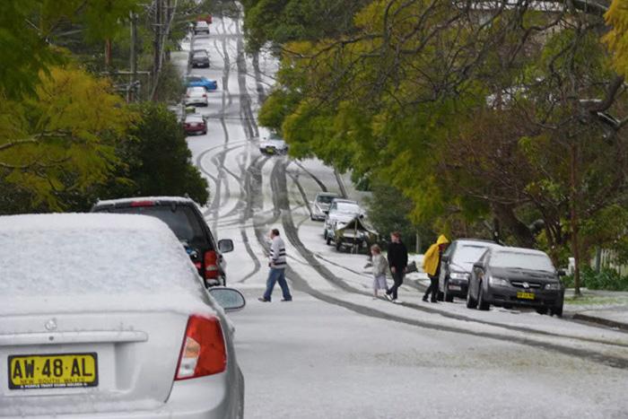 Сидней В октябре 2014 года, когда в Австралии в самом разгаре была весна, в Сиднее выпал снег. Австралийцы впервые в жизни у себя дома лепили снеговиков и играли в снежки. Последний раз подобную снежную аномалию здесь наблюдали 200 лет назад.
