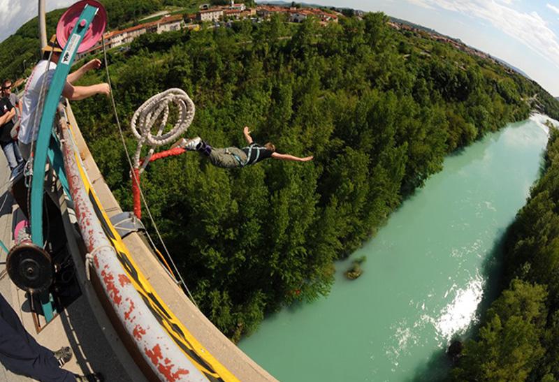 Мост Солкан, Словения Высота платформы: 55 метров Арочный мост через реку Соча, расположенный на западе Словении, является вторым по величине каменным мостом в мире. Решившие совершить с него прыжок во всей красе могут увидеть все богатство дикой природы Словении.