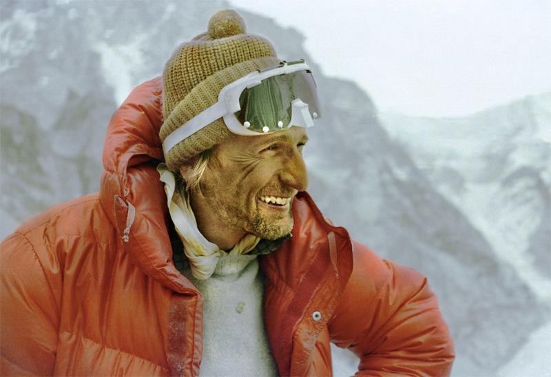Анджей Завада До 1979 года все альпинисты пытались покорить вершину мира только в предмуссонный или послемуссонный сезоны. Изменить количество сезонов и добавить к ним еще и зимний впервые попробовала польская экспедиция под руководством Анджей Завада. После долгих переговоров с Министерством туризма Непала альпинисты получили разрешение на восхождение на Эверест в зимний сезон. Зимний пермит был строго лимитирован периодом с 1 декабря 1979 года по 28 февраля 1980 и не днем больше. Несмотря на сжатые сроки, альпинистам удалось уложиться в отведенное время и, пройдя через Южное седло, подняться на вершину Эвереста.