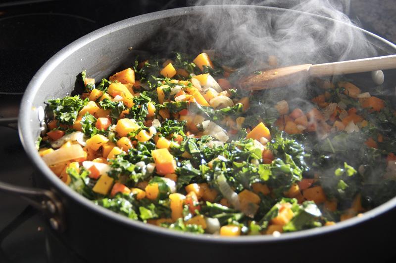 Овощи Согреть тело изнутри позволяют «зимние овощи». Восполнить в организме энергию помогают блюда со свеклой, цветной капустой, луком-пореем, чесноком, тыквой и картофелем.