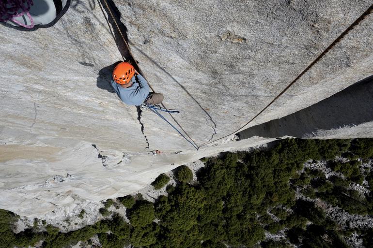 Одна из крупнейших по величине горных вершин Эль-Капитан является излюбленным местом альпинистов разного уровня подготовки и бейсджамперов со всего мира. Для первых покорение монолита, возвышающегося над парком Йосемити на 910 метров, в среднем занимает 2–3 дня. У бейсеров прыжок длится считанные секунды, и хотя прыгать со скалы официально запрещено, никто не может устоять перед соблазном прыгнуть оттуда, откуда в свое время совершил прыжок основатель бейсджампинга Карл Бениш.