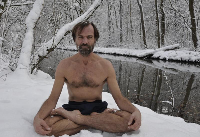 Вим Хоф Вим Хоф, известный так же как «ледяной человек», буквально каждый день проверяет себя на прочность холодом. Просидеть несколько часов на морозе, подняться на Монблан в шортах, проплыть подо льдом замерзшего озера для него обычное дело. 20 подобных достижений Вима Хофа попали в Книгу рекордов Гиннесса. Голландец убежден, что невероятные достижения и рекорды являются закономерными результатами его длительного труда, а вовсе не сверхспособностей.