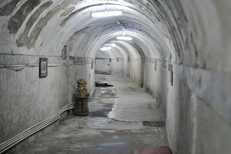 Подземный город,Китай В 1969-х годах в Китае полагали, что ядерная война с СССР лишь вопрос времени. Чтобы жителям было где укрыться от удара, под центром Пекина на площади в 85 квадратных километров было решено выстроить подземный город, способный вместить 300 000 человек. В галереях оборудовали больницы, школы, кафе, кинотеатры и даже ледовый каток. С 2000 года бомбоубежище стало открыто для широкого круга посетителей всего за 20 юаней.