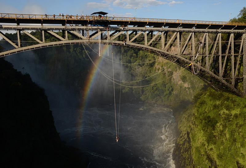 Мост водопада Виктория, Замбия Высота платформы: 128 метров С моста, расположенного рядом с водопадом Виктория, можно не только рассмотреть одну из главных достопримечательностей Южной Африки, но и совершить прыжок. Свободное падение, составляющее примерно три секунды, сопровождает грохот низвергающейся со 120 метров воды.