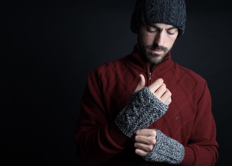 Независимо от погоды, одевайтесь тепло, при этом одежда и обувь должны легко и быстро сниматься и надеваться. Поскольку конечности замерзают быстрее других частей тела, обувь и перчатки должны быть максимально теплыми. Купальник или плавки нужно надеть дома. С собой возьмите небольшой коврик, тапочки, большое махровое полотенце или халат и сменное белье.