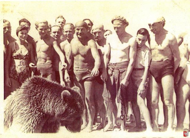 Войтек вообще отличался умом и сообразительностью. Солдаты воспринимали его равным боевым товарищем — медведь, со временем, стал регулярно появляться на построениях отряда и даже научился отдавать честь офицерам.