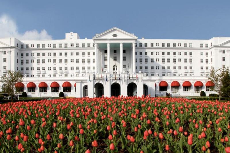 Отель Greenbrier luxury resort,США Во время холодной войны США оборудовали секретный подземный бункер под отелем «Greenbrier luxury resort», в горах Западной Виргинии. Комплекс должен был стать убежищем для членов Палаты представителей и Сената в случае ядерного нападения. В 1993 году в бункер был открыт свободный доступ.