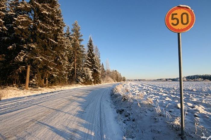 Помедленнее! Двигайтесь так, чтобы всегда отдавать себе отчет, что контролируете автомобиль. Если у вас нет практики езды по снегу и льду – следует ехать медленнее. Если ваши шины знавали лучшие времена и износились –не торопитесь разгоняться. Владельцам автомобилей с низким клиренсом следует быть внимательными вдвойне, поскольку наносы снега на дороге, цепляющиеся за днище и картер, могут очень сильно влиять на управляемость авто. Помедленнее!