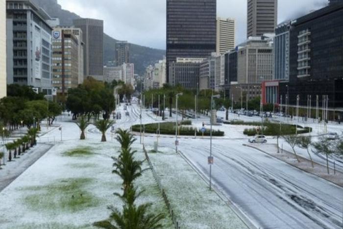 Кейптаун В июне 2013 года в Кейптауне было объявлено чрезвычайное положение. Причиной тому стал снегопад. Температура в городе опустилась ниже нулевой отметки.