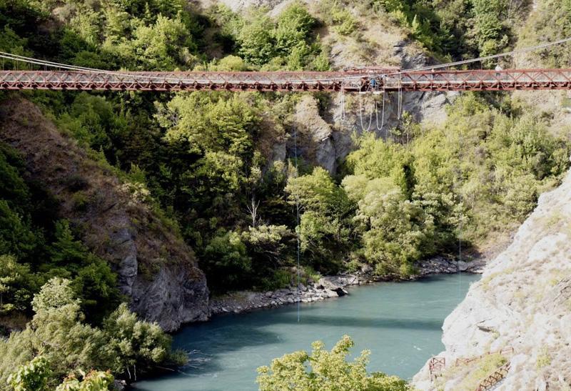 Квинстаун, Новая Зеландия Высота платформы: 134 метра Платформа расположена в 45 минутах езды от Квинстауна. На родине банджи-ждампинга к прыжку прилагаются виды на реку Невис. Чтобы насладиться ими, правда, вниз головой, у вас будет пара-тройка секунд.
