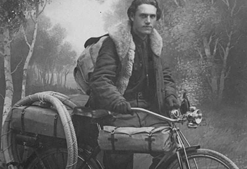 Глеб Травин В 1928 году советский путешественник отправился на велосипеде в дальнее путешествие вдоль границ СССР, включая Арктическое побережье. Границы вдоль Северного Ледовитого океана от Кольского полуострова до мыса Дежнева на Чукотке он преодолевал на велосипеде и охотничьих лыжах. За полтора года без всякой поддержки, в одиночку он проехал по арктическому льду и побережью сорок тысяч километров.