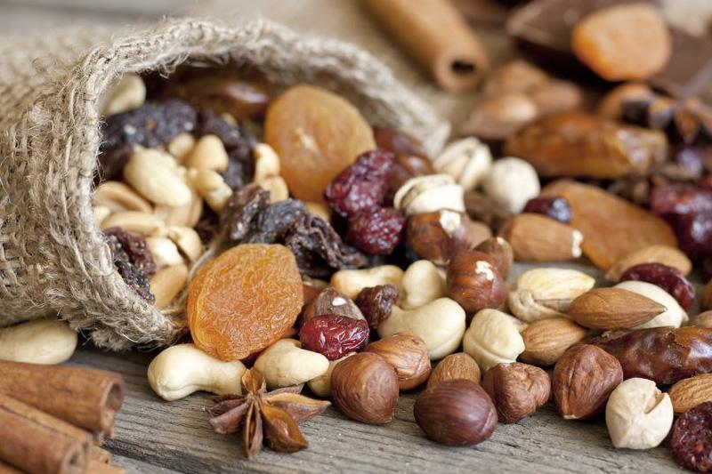 Орехи и сухофрукты Дополнительно защитить организм от холода позволяют орехи и сухофрукты. Для перекуса оптимально подойдут изюм, курага, финики, инжир или миндаль, кешью и грецкие орехи, которые дадут телу ощутимый заряд тепла и энергии.
