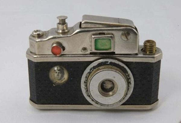 Карманная бензиновая зажигалка «Фото-молния». Вообще, зажигалки в виде фотоаппарата — популярная тема среди промышленных дизайнеров того времени.