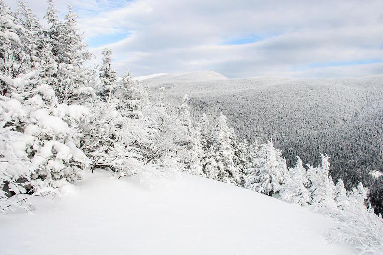 Самой известной горой хребта Уайт-Маунтинс является вершина Вашингтон. На гору туристы могут добраться на фуникулере, но настоящие искатели приключений не ищут легких путей и взбираются пешком, неспешно наслаждаясь живописными видами. Помимо головокружительных панорам место известно изменчивой погодой: скорость ветра на горе может достигать до 372 км/ч, а снежные бури на вершине — совершенно обычное явление для каждого месяца.