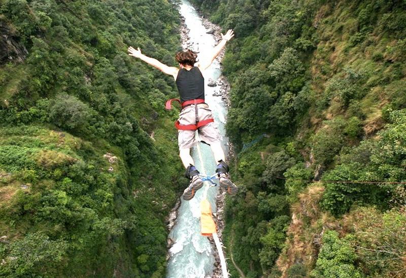 Мост The Last Resort, Непал Высота платформы: 160 метров Один из самых длинных подвесных мостов в мире построен в ущелье над рекой Бхоте-Коси. Место считается настолько же живописным, насколько страшным среди любителей банджи-джампинга, ведь вниз головой предстоит пролететь более 100 метров.