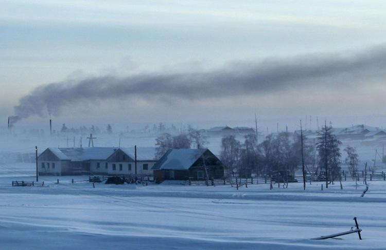 Верхоянск, Россия Несмотря на один из самых больших перепадов температур между летом и зимой на Земле, в Верхоянске постоянно проживают 1173 человека. Место также называют Полюсом холода северного полушария. Самая низкая температура, зафиксированная в этом месте, составляет −69,8 °C.