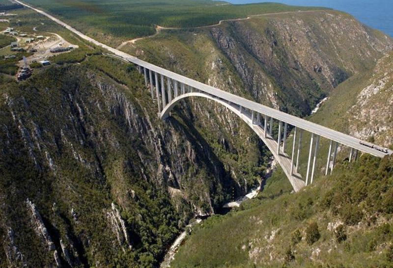 Мост Блоукранс, Южная Африка Высота платформы: 216 метров В списке самых высоких мостов мира Блоукранс занимает почетной 36-ое место. Именно с этого моста был совершен первый банджи-прыжок в Африке. Отсюда как на ладони видны густые леса и ущелье.